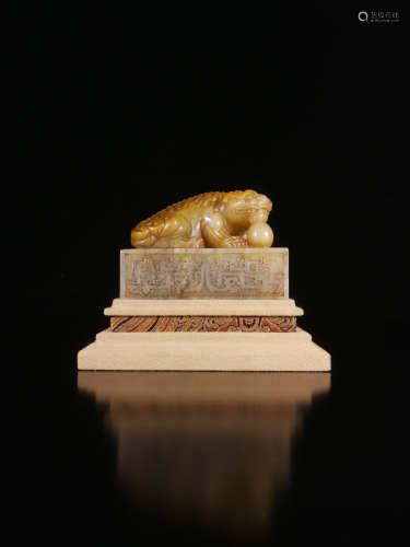 17-19TH CENTURY, A LION DESIGN FIELD YELLOW STONE SEAL, QING DYNASTY