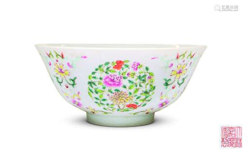 清 粉彩团花纹碗
