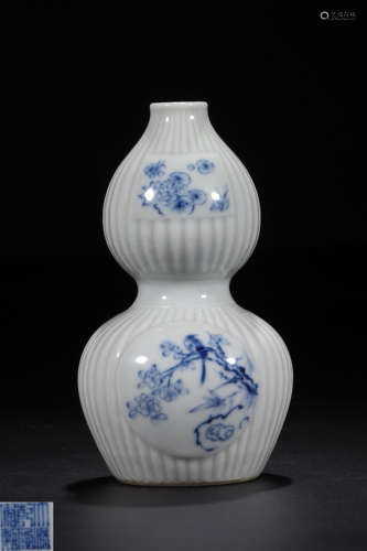 A BLUE AND WHITE GLAZE WITH LANDSCAPE PATTERN GOURD VASE