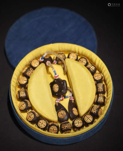 A CHENXIANG WOOD WITH GOLD BEAD STRING BRACELET