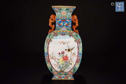 A QIANLONG MARK FAMILLE ROSE VASE WITH GOLD