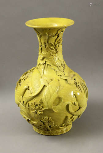 20th century Chinese porcelain in yellow porcelain