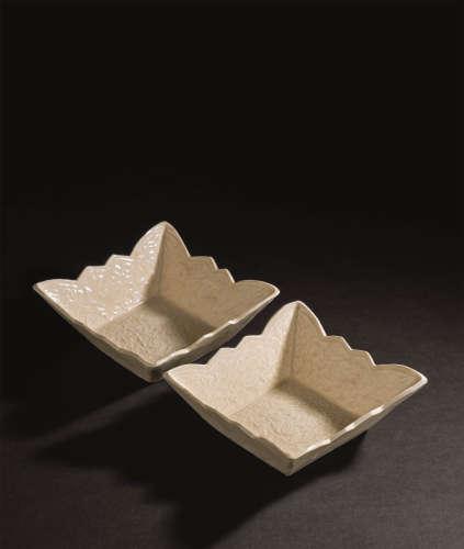 辽代(916-1125) 白釉印牡丹纹花蝶四方杯 (一对)