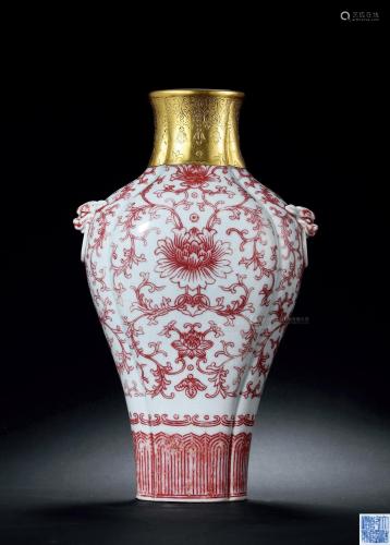 清乾隆 釉里红花卉海棠式扁瓶