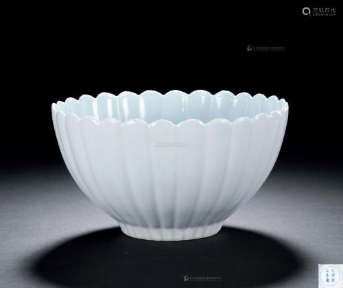 清雍正 白釉菊瓣碗