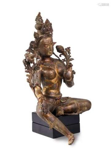 TARA ASSISE EN DELASSEMENT, en bronze à traces de …