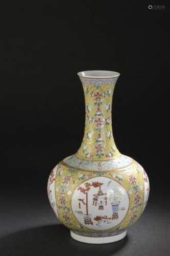 Vase en porcelaine polychrome Chine, début du XXe ...;