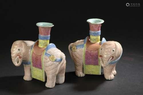 Paire d'éléphants en porcelaine polychrome Chine, ...;