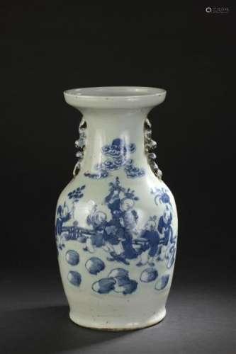 Vase en porcelaine bleu blanc à fond céladon Chine...;