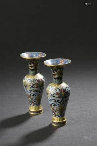 Paire de petits vases en bronze doré et émaux cloi...;