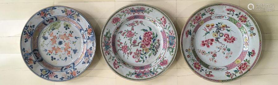 Deux assiettes en porcelaine famille rose et une a...;