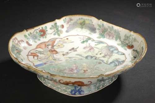 Coupe lobée à pied en porcelaine polychrome Chine,...;