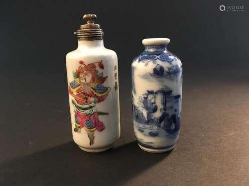 Deux tabatières en porcelaine bleu blanc et polych...;
