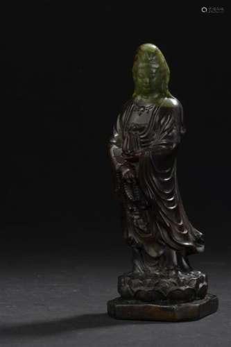 Statuette de Guanyin en jade vert et brun Chine Re...;