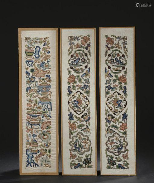 Trois panneaux en soie brodée, Chine, début du XXe...;