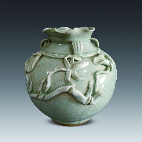 清早期 青釉堆塑荷叶纹石榴尊