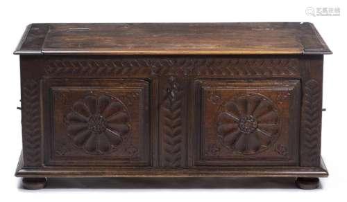 Coffre de voyage en bois sculpté