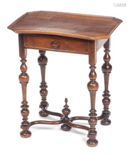 Petite table guéridon en noyer de style Louis XIV