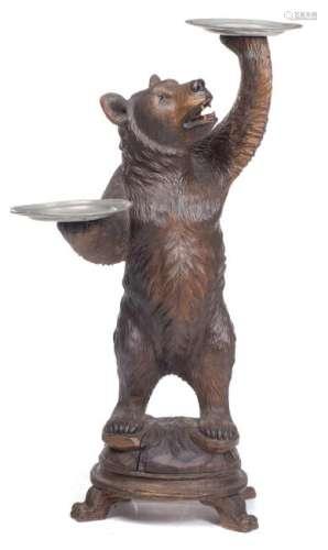 Ours debout en bois sculpté portant deux plats en étain