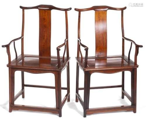 Paire de fauteuils à bonnet de lettré en Huang Huali de