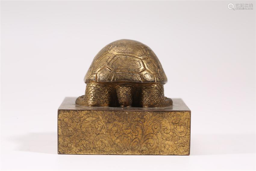 A CARVED GILT-BRONZE TURTLE.QING DYNASTY