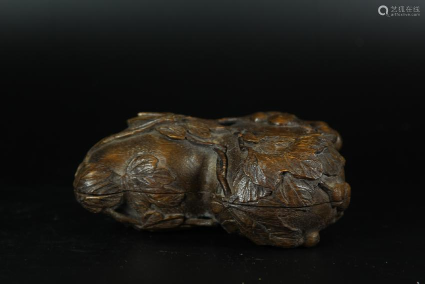 AN AGALLOCH WOOD CARVING OF DOUBLE-GOURD BOX AND
