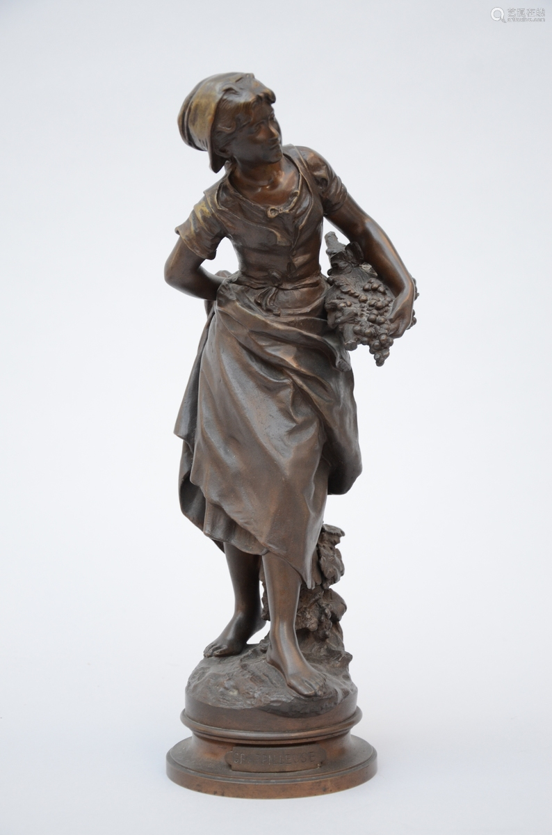 Moreau: statue in bronze 'girl with grapes'