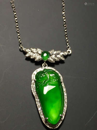 A GREEN JADEITE CARVED MELON NECKLACE