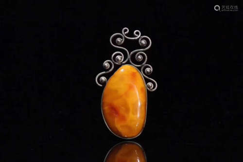 A  SILVER EMBEDED AMBER  PENDANT