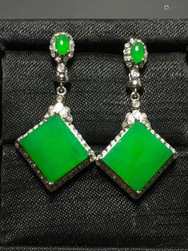 A GREEN JADEITE CARVED SQUARE EARRING