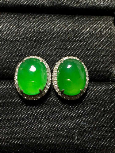 A GREEN JADEITE CARVED CIRCLE SHAPE EARRING