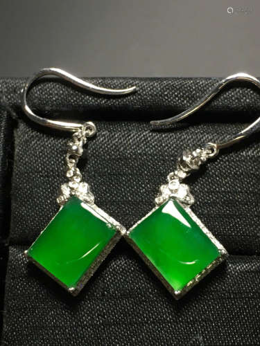 A PAIR OF GREEN JADEITE CARVED SQUARE EARRING