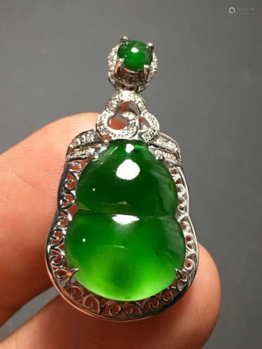 A GREEN JADEITE CARVED GOURD PENDANT