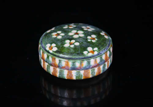 A Chinese San-Cai Porcelain Round Box with Cover