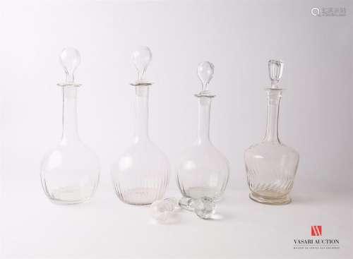 Lot de quatre carafes en verre et leur bouchon, tr…