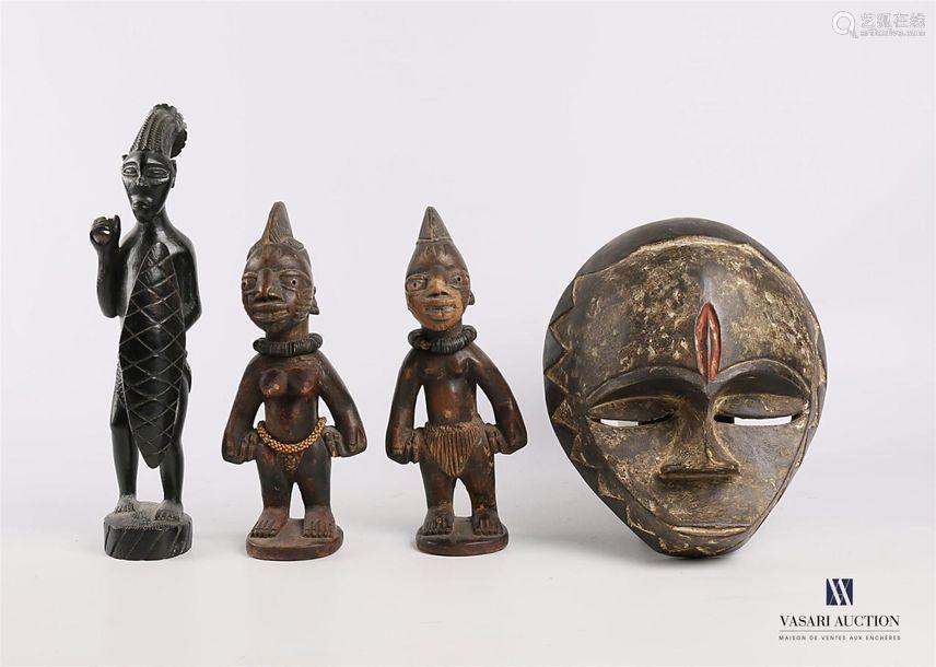 Un masque et trois sujets en bois sculpté Afrique