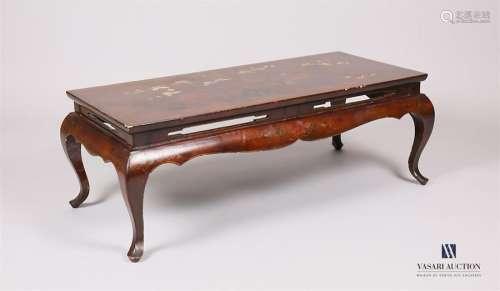 Table basse en bois laqué à décor polychrome et re…