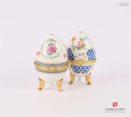 Deux boîtes en porcelaine blanche à décor polychro…