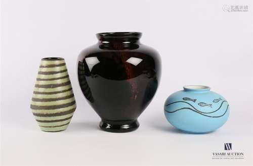 Lot de trois vases comprenant : Vase de forme sphé…