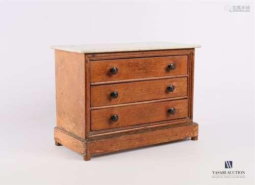 Commode miniature en bois naturel peint, elle prés…